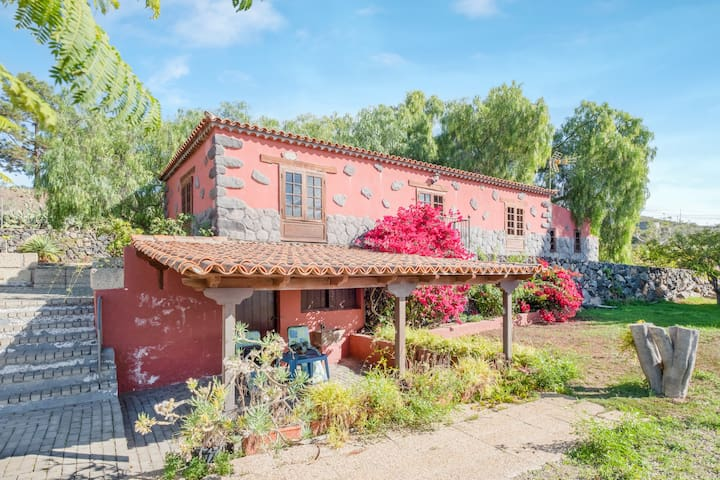 """Beautiful Cottage """"La Casita del Rincón"""" with Sea View, Mountain View, Wi-Fi, Terrace, Garden & Pool; Parking Available, Pets Allowed"""