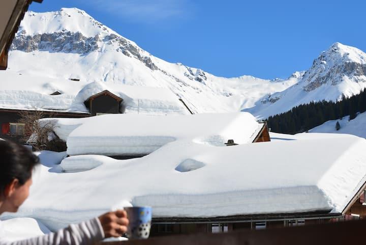 Sonnigster Balkon in Graubünden mit Fernblick