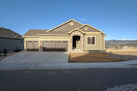 Monument Home with Beautiful Mountain Views. - Monument - Talo