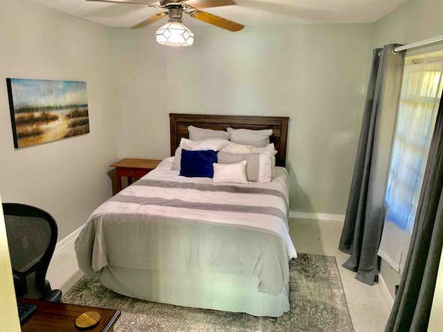 Guest room with Queen size bed.