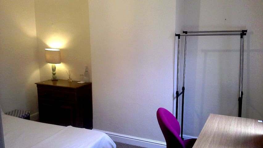 Bright, clean double room for a peaceful stay - Birmingham - Casa