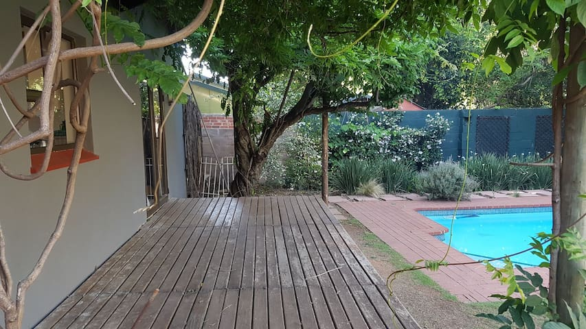 Secluded garden cottage in Greenside