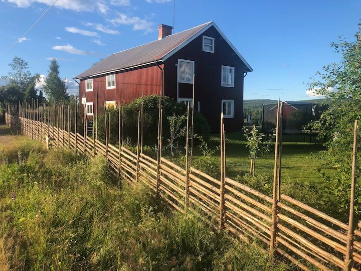Rymligt hus m. vacker utsikt strax utanför Järvsö