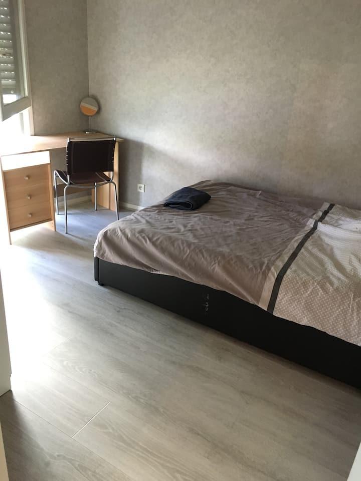 Chambre privée aménagée avec lit double