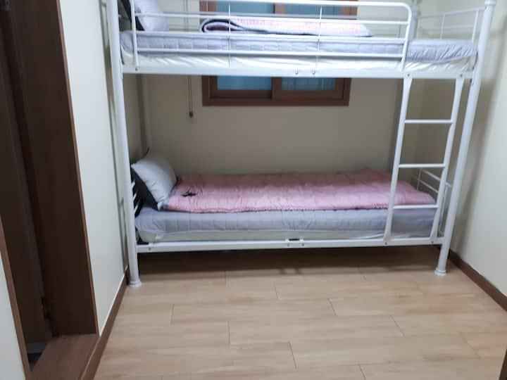 103울산 동구 출장/ 여행 숙소(2~3인룸)이층침대+요매트