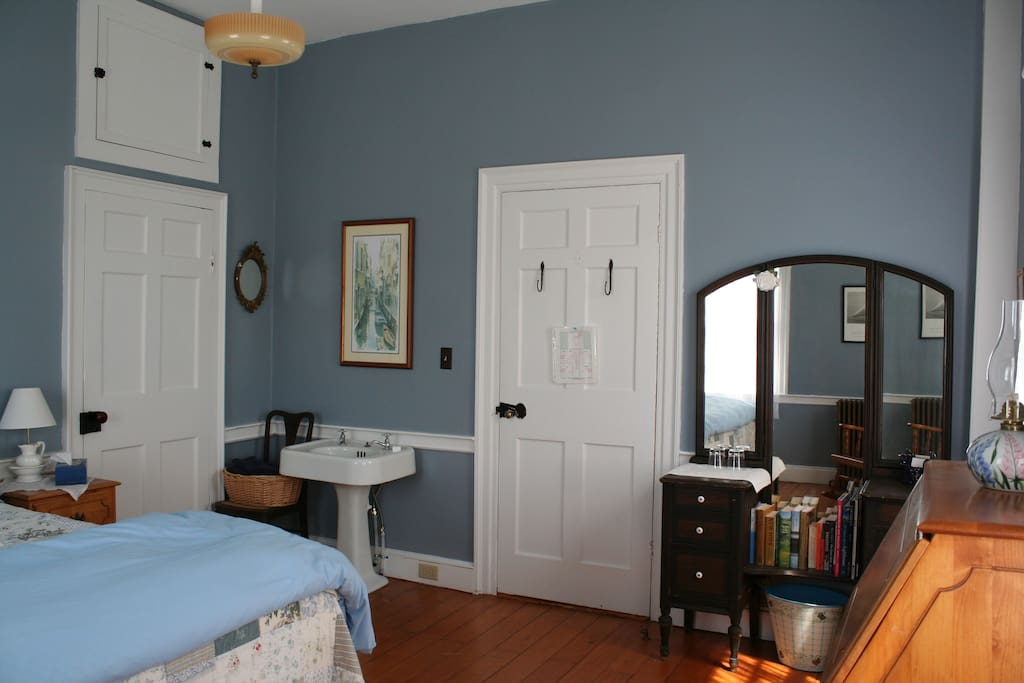 The north corner has a closet and a porcelain sink