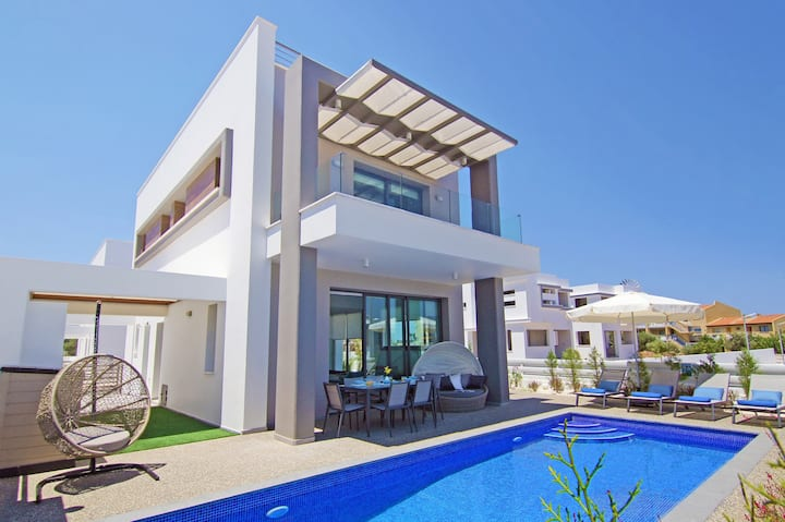 MELODY-family villa with pool in center of Pernera