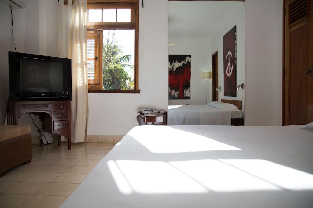 La habitación con ventanas abiertas