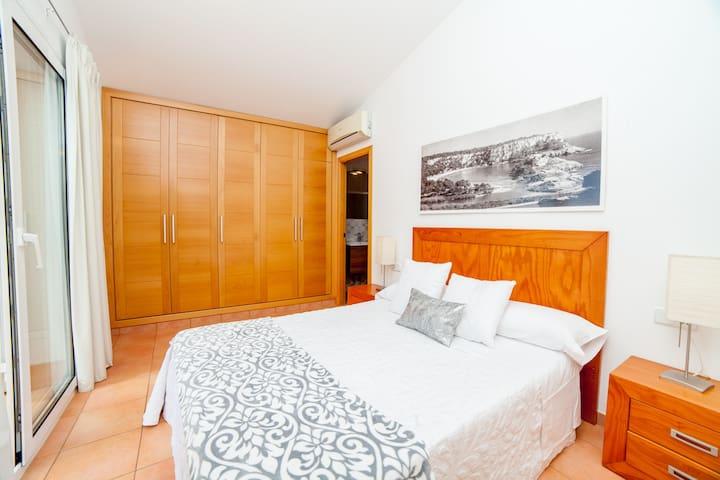 El dormitorio principal dispone de baño completo y terraza con vistas al mar.