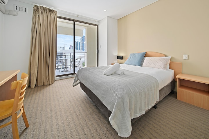 Two Bedroom Apartment in CBD with Balcony, Wifi