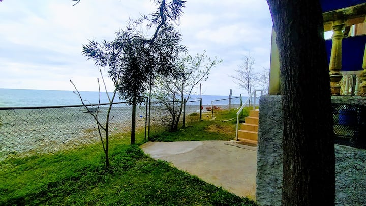 Домик прямо на морском пляже рядом со скалами