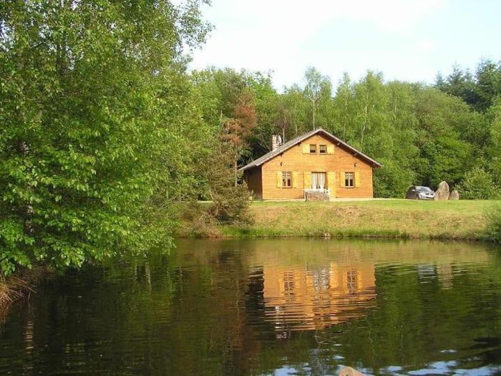 Le chalet du Trappeur au bord d'étangs, barque.