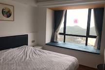 有飘窗的主卧室,躺在床上便可欣赏日出。1.8×2米大床