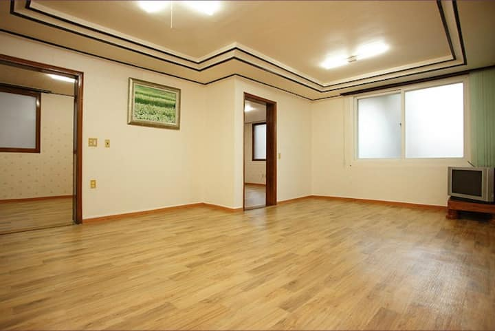 원목 바닥이 넓게 구성되고 3개의 룸이 준비된 그랜드 객실