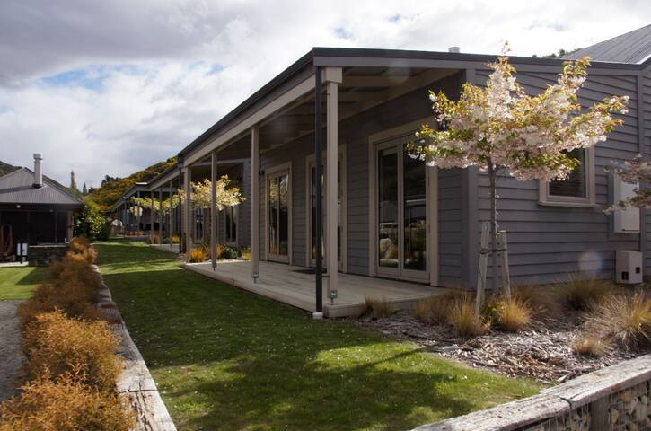 Alpine Villa - Next  to Historic Cardrona Hotel. - Cardrona