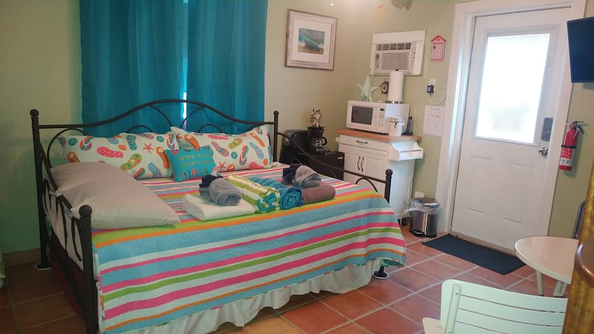 PVT room and entrance-Walk to Beach-shared bath