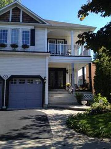 Peaceful 2 floor Single bedroom in house by lake. - Ajax - Huis