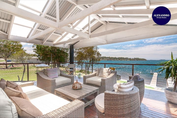 LAKE FRONT HOME // 6 BDR // POOL & JETTY