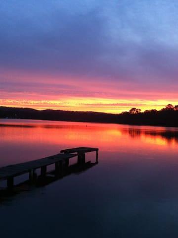 Lakeside retreat - Fassifern - Rumah