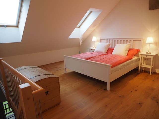 Schlafzimmer 1: mit Doppelbett (180x200cm). Toll zum Sterne schauen und träumen.