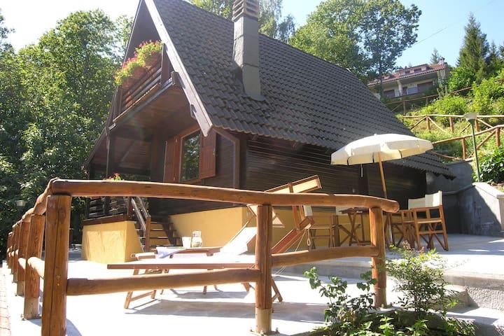 Das Chalet besteht ganz aus einer zweistöckigen Holzkonstruktion.
