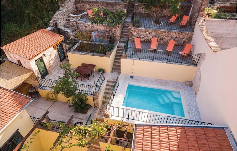 Terraced house with 4 bedrooms on 382m² in Metkovic
