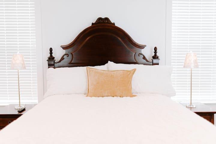 Master Bedroom; Queen Bed
