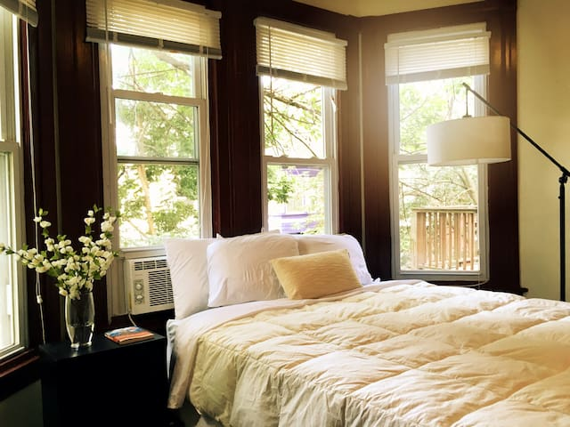 Sunny Private Bedroom - Welcome to Philly!