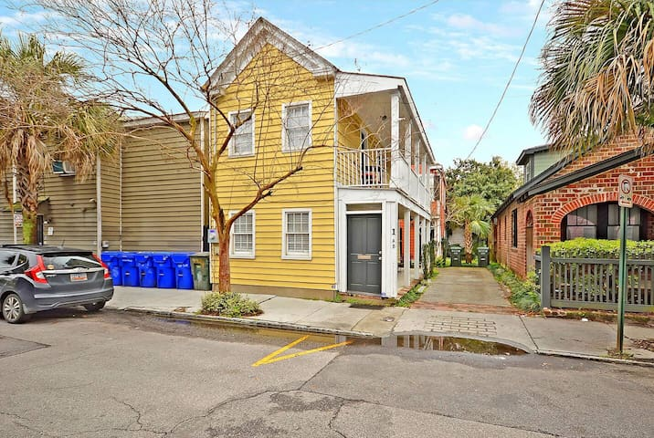 The Primrose Home - 2 Bed/1 Bath - 1 Block from King St!