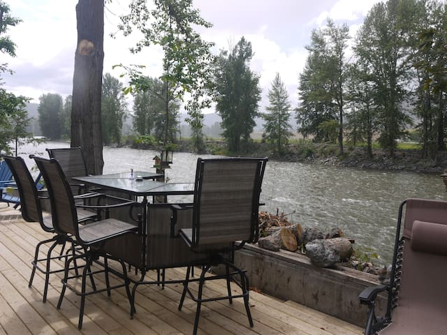 The Homestead is a peaceful riverside cottage.