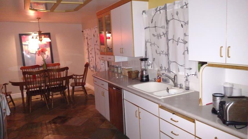 Huge comfy bed-pvt bathroom-WiFi-kitchen-W/D-more! - Salt Lake City - House