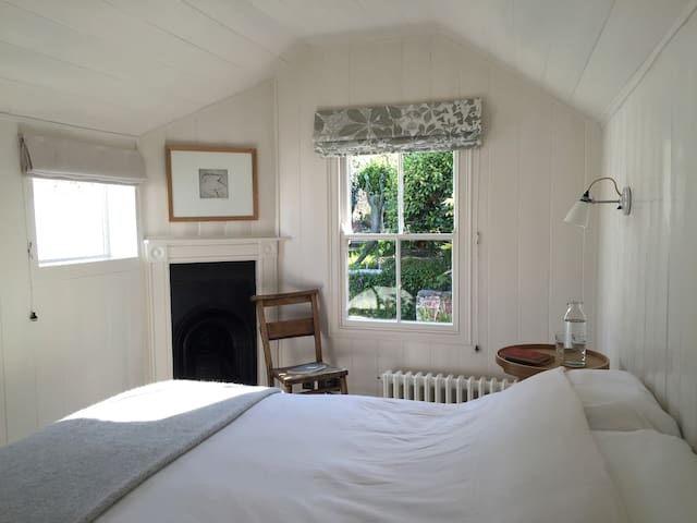 Garden Room with Original Timber Panelling - Falmouth - Bed & Breakfast