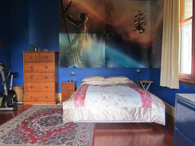 A big double room very close to CBD