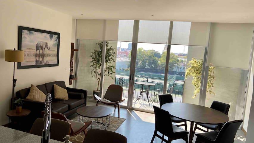 Todo el departamento cuenta con luz natural gracias a sus ventanales de gran tamaño, tanto en la estancia como en las recámaras.