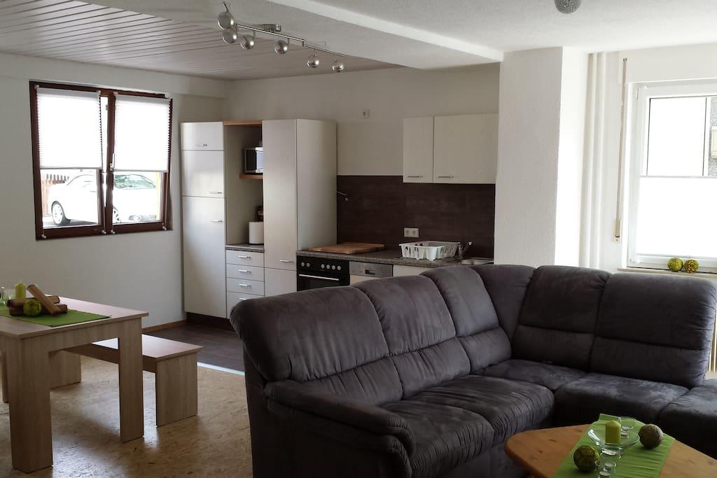 Der Wohn- und Essbereich mit Schlafcouch und Platz für 2 Zustellbetten