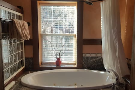 Luxury Jacuzzi Cabin @ Miles End Lodge in Kingston