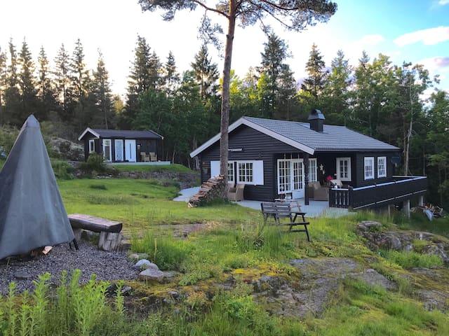 Landlig hytte med anneks & sjøutsikt 1.5t fra Oslo