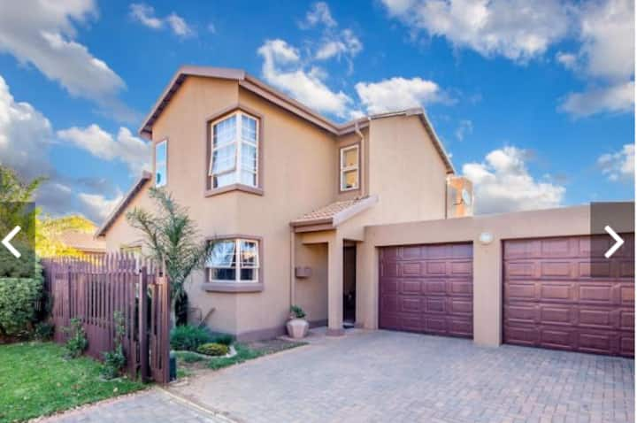 Modern spacious 2 bed  10km to O.R Tambo airport.