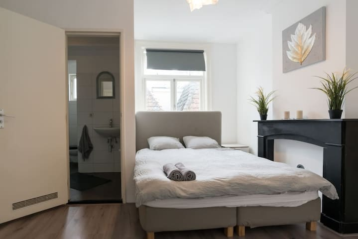 Light single bedroom 3min walk to Central station!