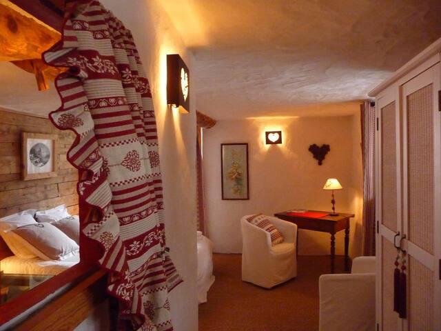 chambre  double 2 personnes  25m2              exposée sud avec balcon              salle d'eau  privée                    wc privé