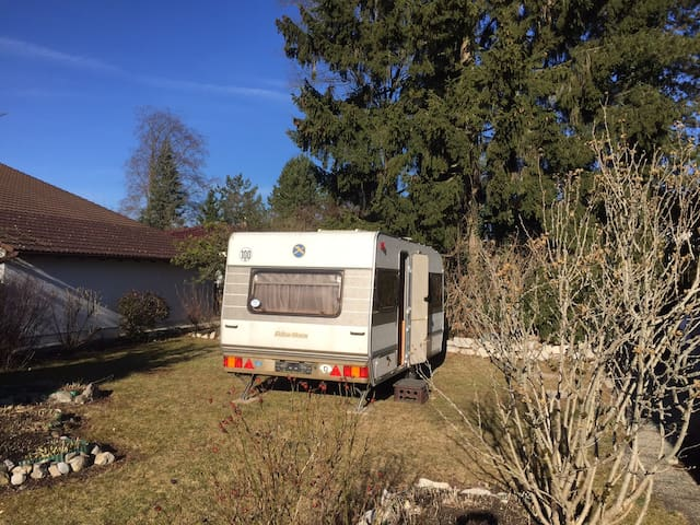 Einfacher langjährig benutzter Wohnwagen