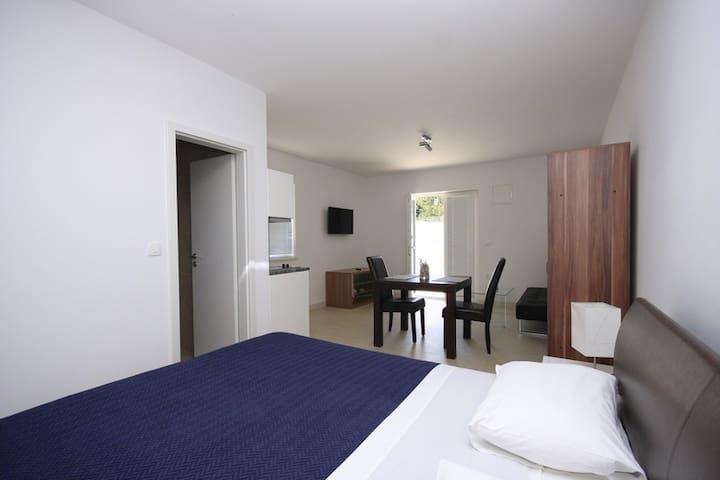 Studio apartment with swimming pool (M)