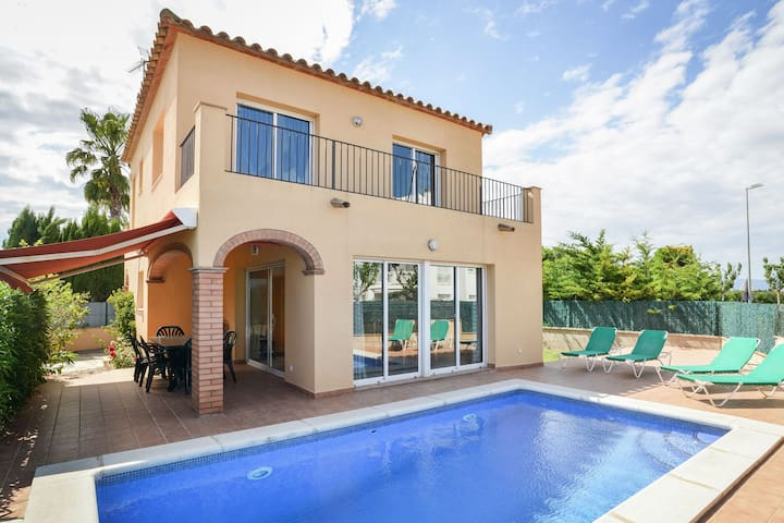 Spacious Holiday Home in St Pere Pescador with Swimming Pool