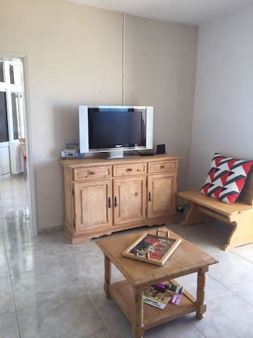 Living room with TV + internet