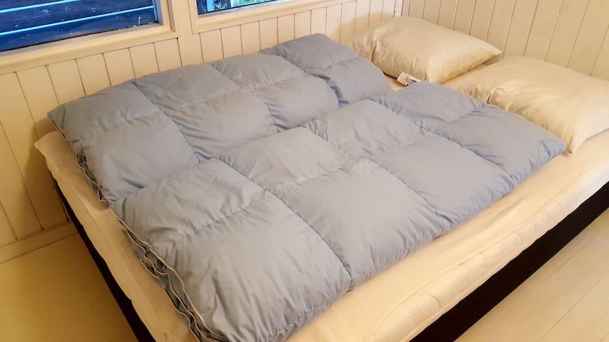 Gæsteværelse Fantastiske senge så du rigtig kan blive udhvilet i ferien. Str.: 140x200 cm
