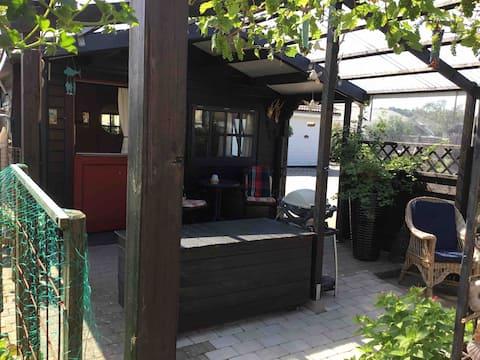 Lille træhytte i baghaven i Hune/Blokhus