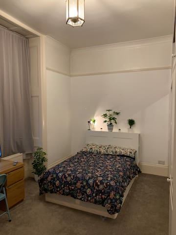 Large Comfortable Room by Hyde Park and paddington