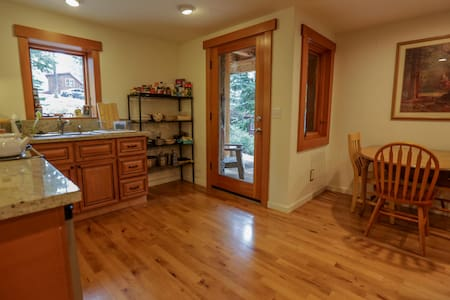 Walk to Tahoe City - Private Apartment - Casa