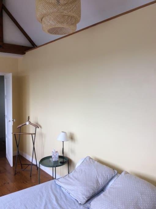 La chambre juste à côté de la salle de bains