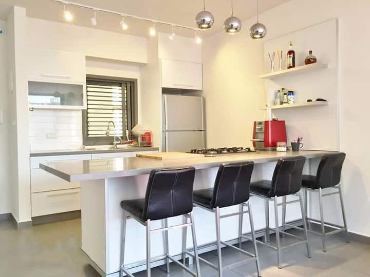 Longterm 3-4 bedrooms apt in TLV? Contact us
